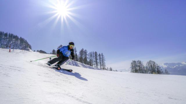 Skieur à l'attaque sur la mythique piste bleue de Saint Léger les Mélèzes