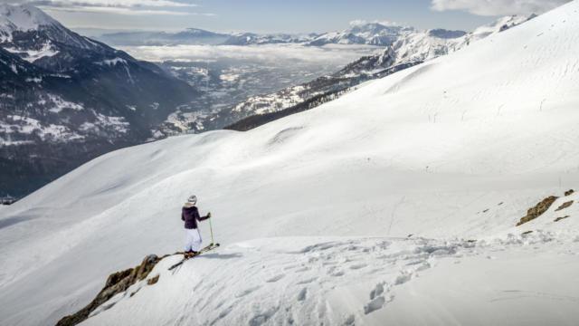 Skieur contemplant la vallée du Champsaur depuis les pistes d'Orcières Merlette