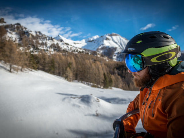 Skieur contemplatif sur le télésiège de Clot Chenu à Chaillol 1600