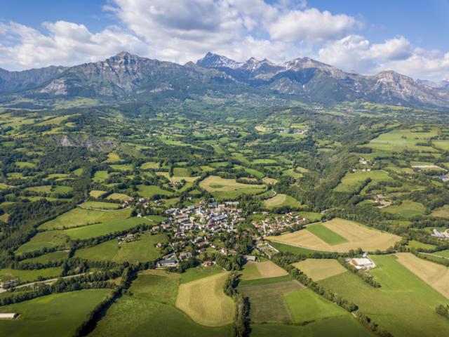 Vue aérienne bocage champsaurin et le village de Saint Julien