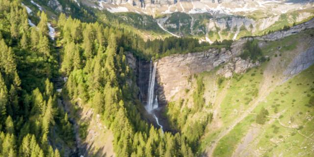 Vue sur le cirque du Tourond et cascade de la Pisse