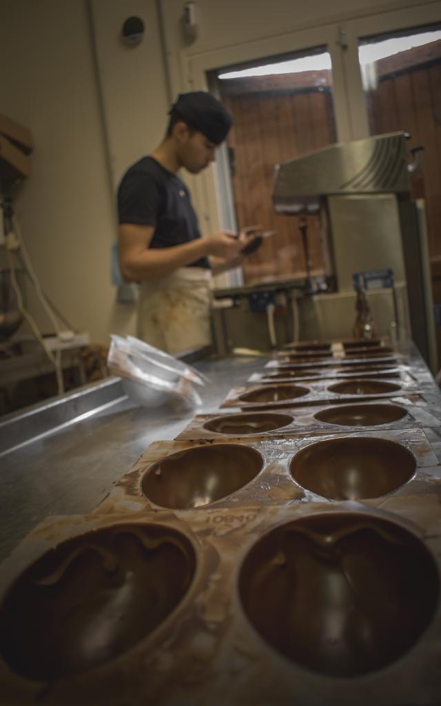 Fabrication d'oeufs de Paques en chocolat